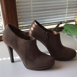 Merona ankle boots size 5.5 suede